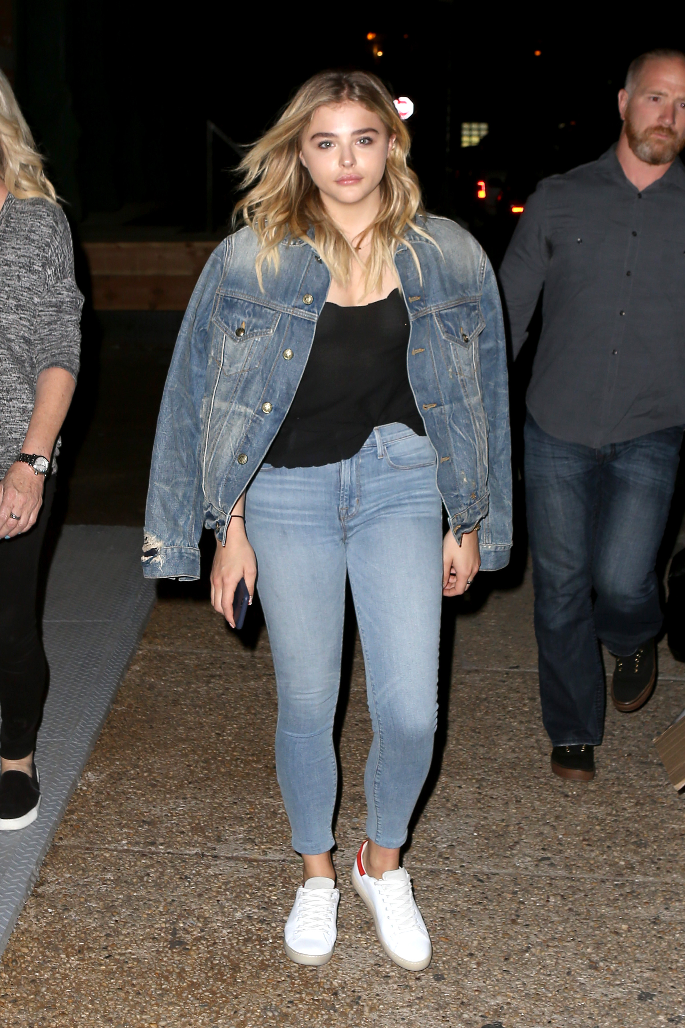 1466608304850_chloe_moretz_out_with_her_mother_in_nyc_023.jpg