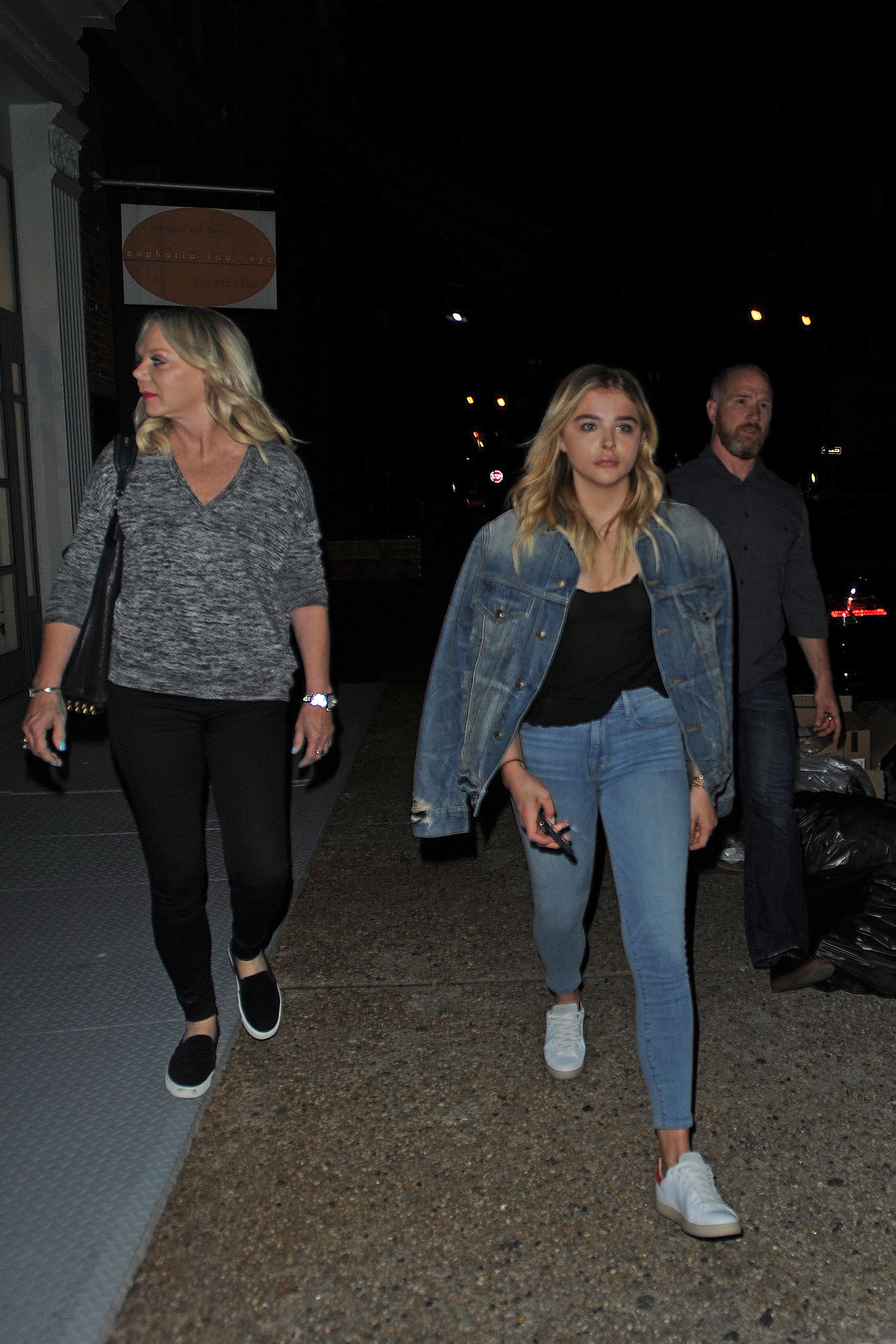 1466608322101_chloe_moretz_out_with_her_mother_in_nyc_026.jpg