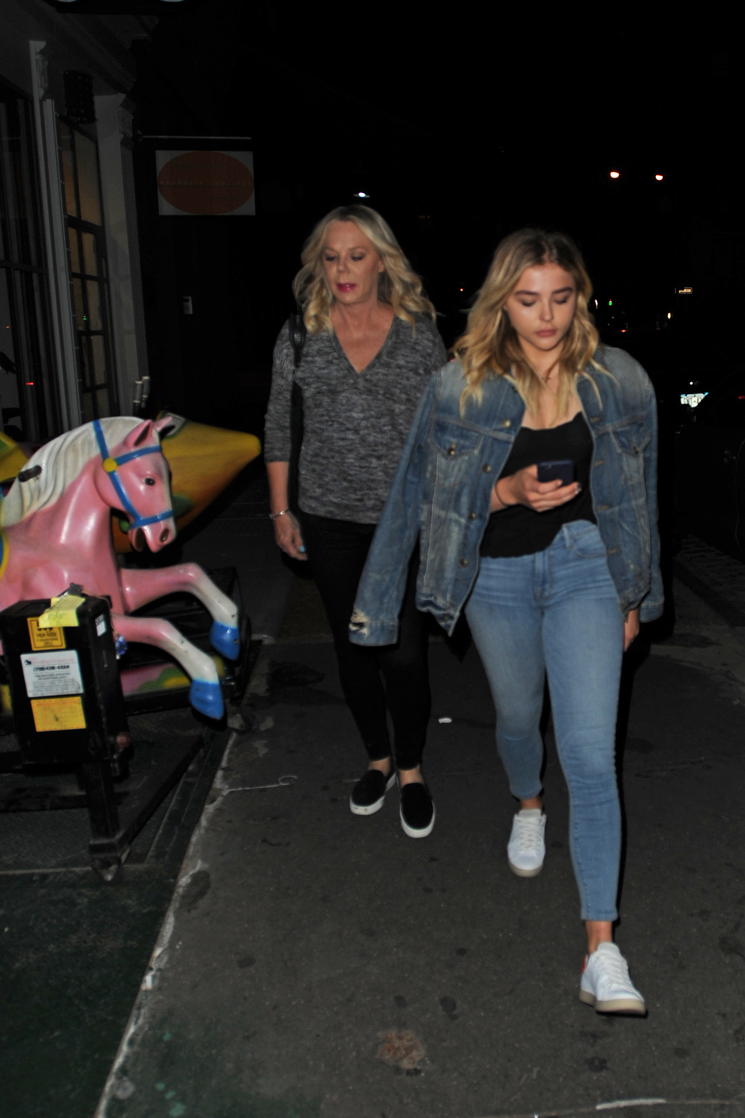 1466608344199_chloe_moretz_out_with_her_mother_in_nyc_030.jpg