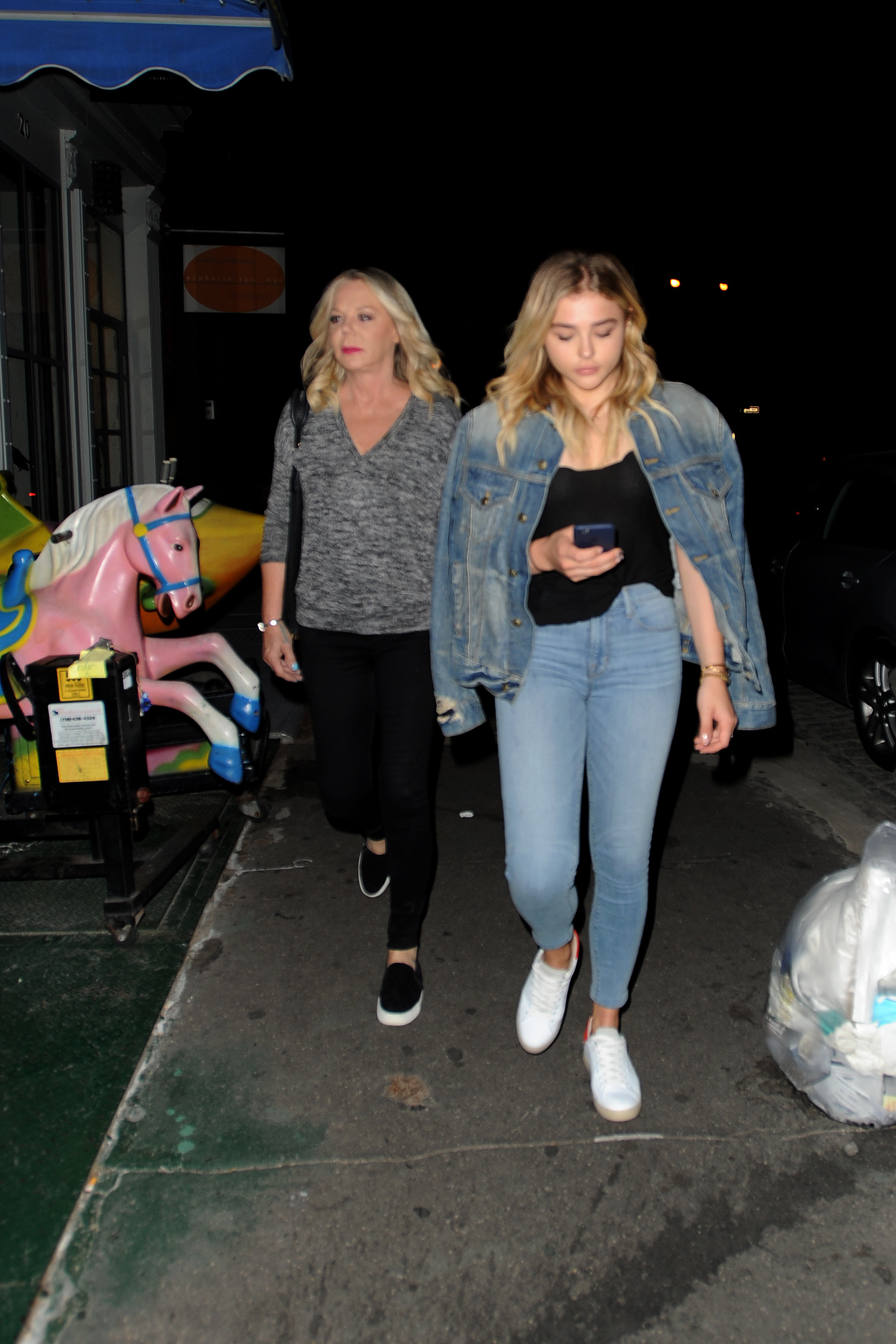 1466608351225_chloe_moretz_out_with_her_mother_in_nyc_031.jpg