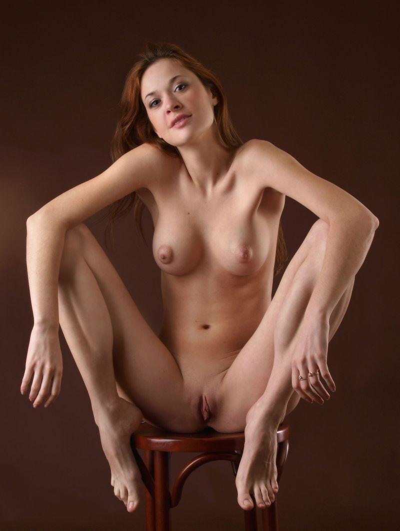 Фото красивых голых девушек на стуле 12 фотография