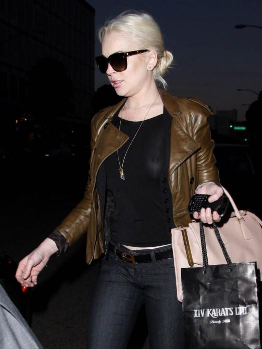Lindsay lohan see throuhg 2012 01 03a 525x700 Lindsay Lohan   see through black top