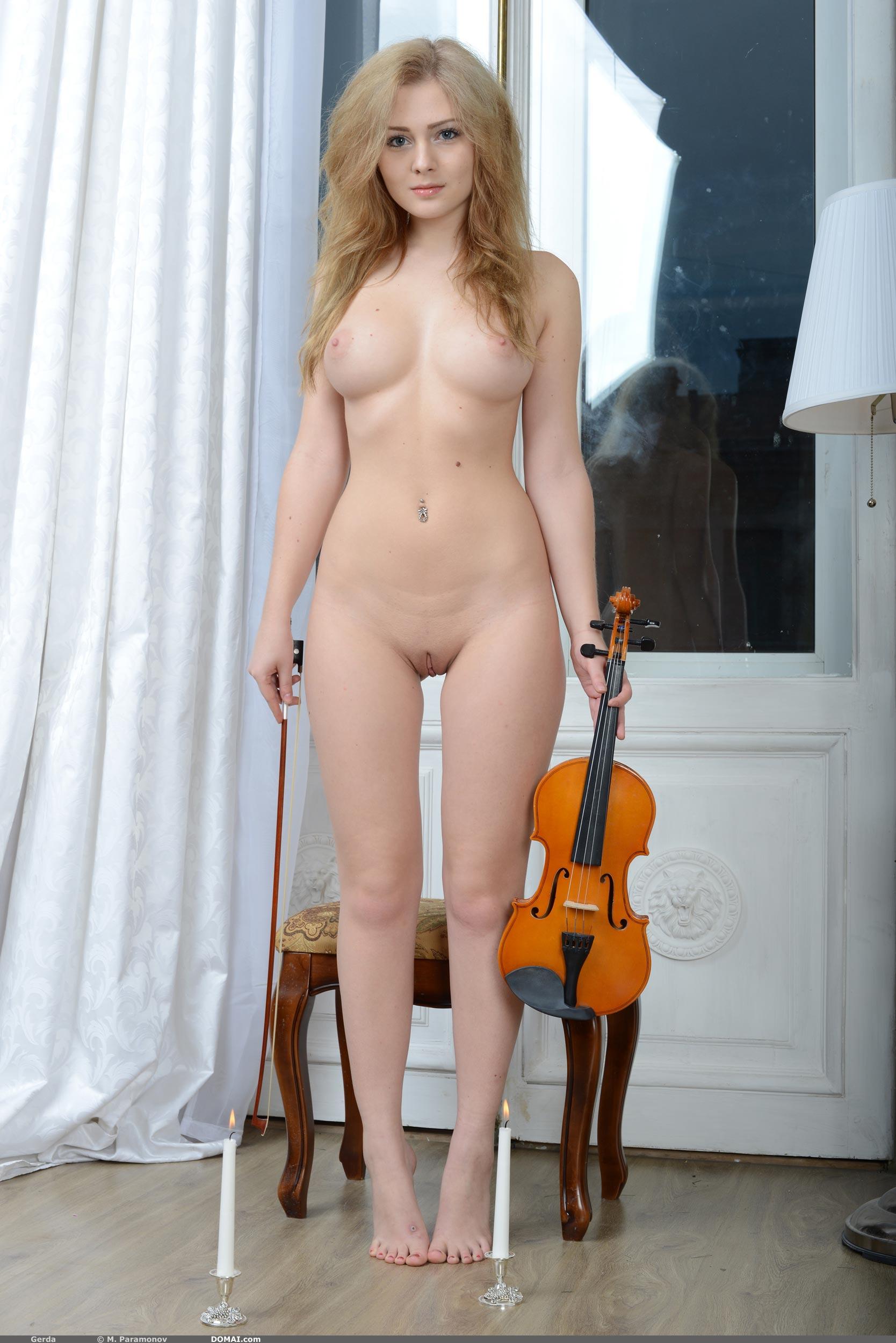 Фото голой скрипачки 11 фотография