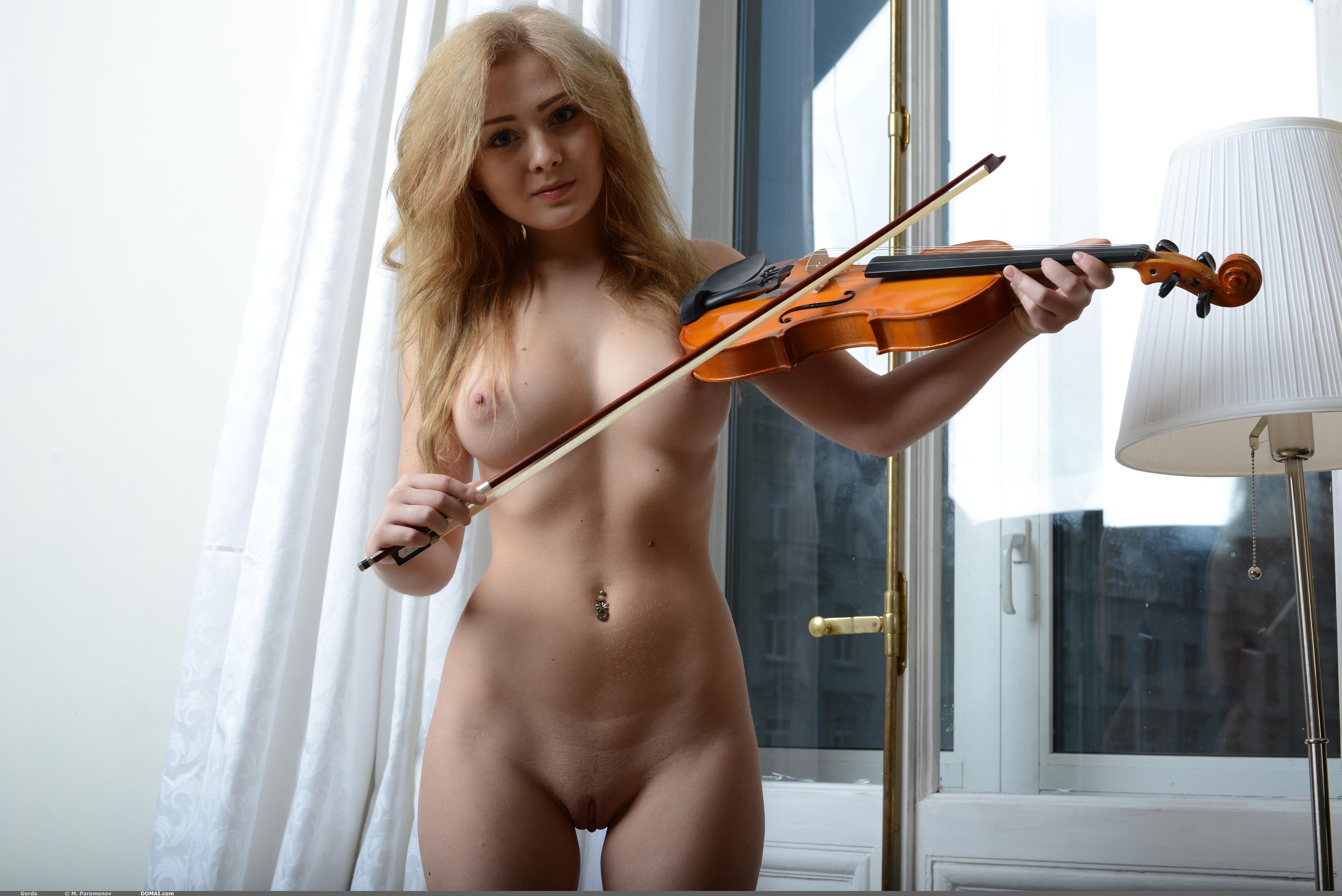 фото голая скрипачка