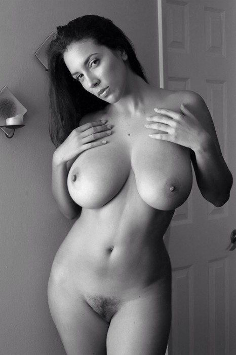 Busty-in-black-and-white-Imgur.jpg (63 KB)